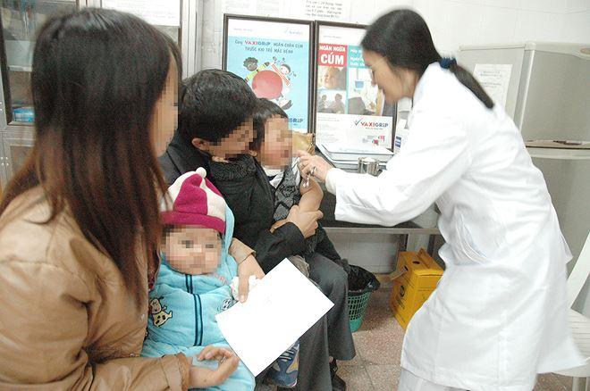 Tiêm phòng cho trẻ ở Hà Nội Ảnh: hồng vĩnh