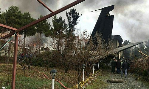 Hiện trường vụ rơi máy bay Boeing 707 ở ngoại ô Tehran hôm nay. Ảnh: Twitter..