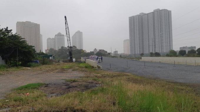 Phía trong khu vực này là cây cầu vượt mới thi công xong phần mố cầu.