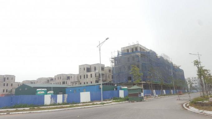 Trong khi thời gian hoàn thành của dự án đường nối Nguyễn Xiển - Xa La vẫn còn là một ẩn số, hàng loạt biệt thự, nhà cao tầng trong khu đô thị The Manor Central Park hoàn vốn cho dự án này đã mọc lên và đang được hoàn thiện với tốc độ chóng mặt.