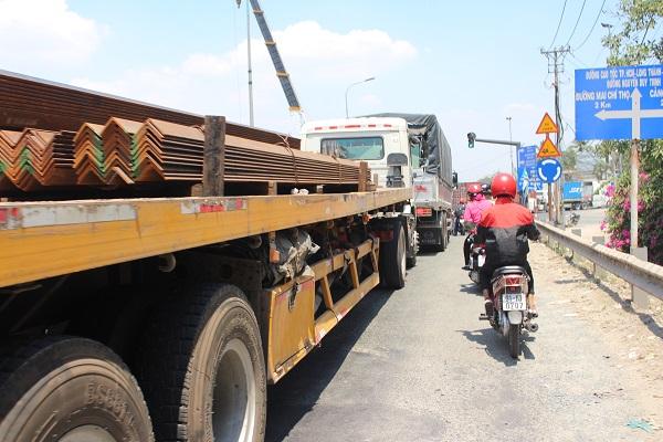 Hằng ngày người đi xe máy phải đối mặt với các nguy cơ mất an toàn giao thông.