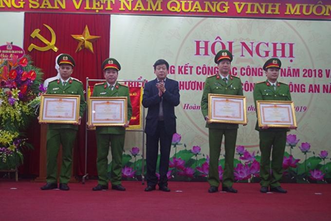 Những bằng khen, giấy khen của các cấp lãnh đạo khen thưởng tập thể, CBCS CAQ Hoàn Kiếm đã phần nào ghi nhận đóng góp của chiến sỹ công an thầm lặng trên trận tuyến bảo vệ an ninh tổ quốc.