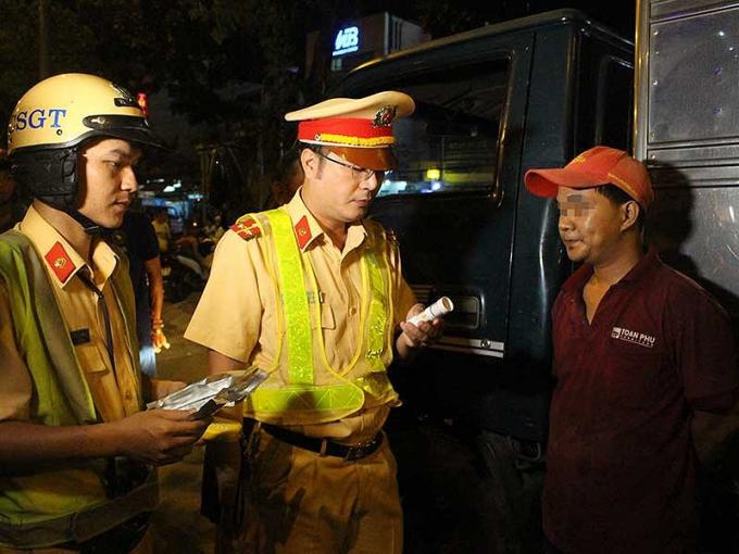 Đội CSGT An Lạc (Phòng PC08, Công an TP.HCM) kiểm tra ma túy đối với tài xế xe tải, xe container trên quốc lộ 1 bằng que thử nước bọt.
