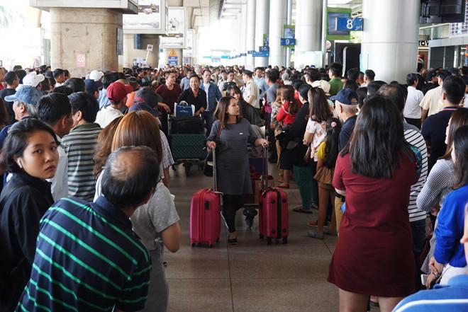 Sân bay Tân Sơn Nhất đông nghẹt người chờ đón người thân sáng 24.1.