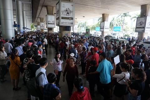 Bắt đầu vào khoảng 9 giờ sáng có rất đông người đổ về sân bay để đón người thân.