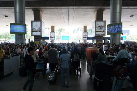 Đến gần 13 giờ, số chuyến bay đáp xuống rất nhiều nên sân bay Tân Sơn Nhất càng đông đúc.
