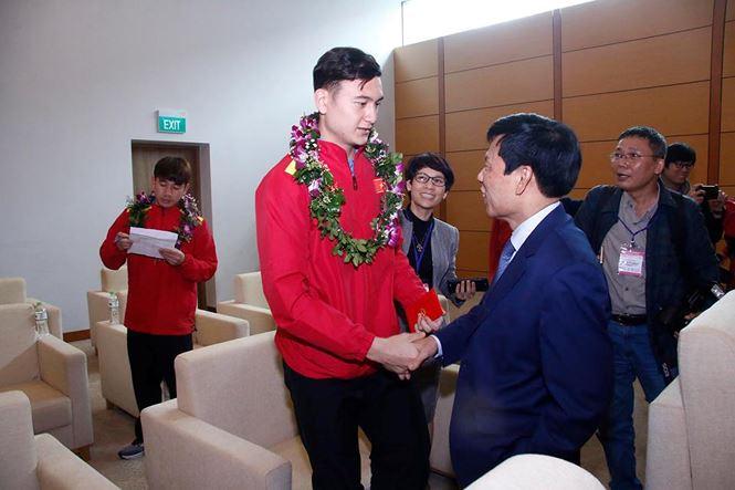 Hình ảnh Văn Lâm nhận lì xì từ bộ trưởng.