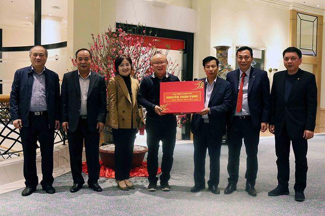 HLV Park Hang Seo nhận quà từ Thủ tướng Nguyễn Xuân Phúc trước khi về nước ăn Tết.