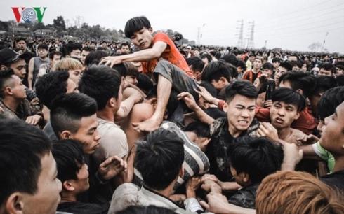Những hình ảnh phản cảm trong lễ hội Phết Hiền Quan 2017 tại huyện Tam Nông, tỉnh Phú Thọ.