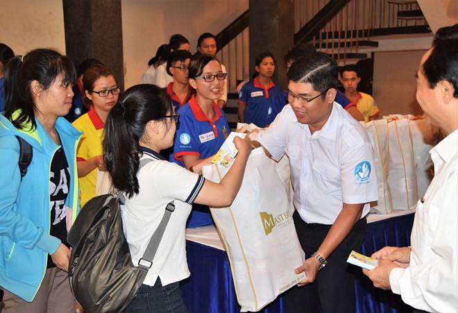 Sinh viên nhận quà hỗ trợ trong chương trình họp mặt sinh viên đón tết xa nhà.