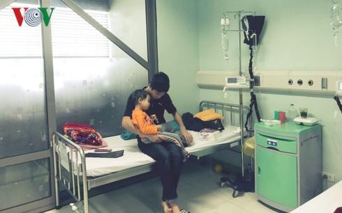 Anh Hoàng túc trực, chăm sóc cậu con trai suốt 2 tháng qua.