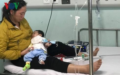 Xót xa hoàn cảnh trớ trêu của chị Hà và con gái nhỏ.
