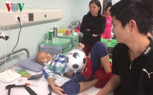 Quang Nhật nhận được tặng một quả bóng đá - món quà từ các nhà hảo tâm mà PV VOV thay mặt trao tặng.