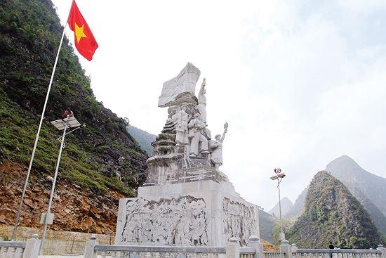 Tượng đài tôn vinh những công nhân, TNXP làm con đường Hạnh phúc được đặt trên đường dẫn đến đỉnh Mã Pì Lèng Ảnh: Trường Phong