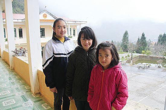 Ba chị em Vàng Thị Chá, Vàng Thị Chờ và Vàng Thị Sáu là con nuôi của Đồn Biên phòng Phó Bảng Ảnh: Trường Phong