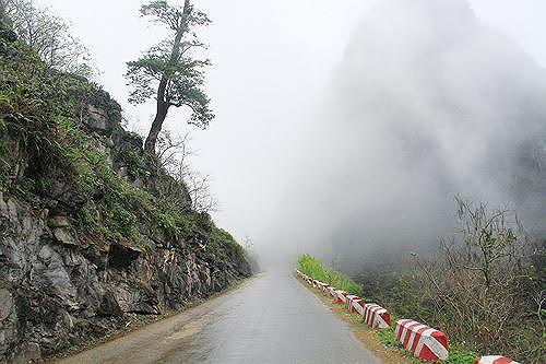 Một đoạn đường Hạnh phúc trên đèo Mã Pì Lèng bị sương mù bao phủ trong ngày nhiệt độ xuống thấp Ảnh: Trường Phong.