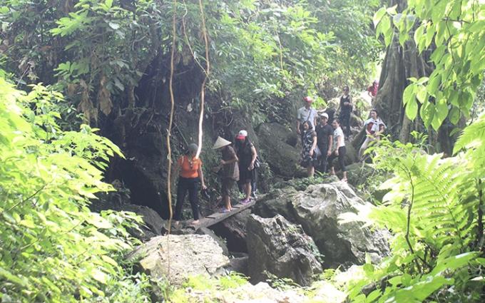 Du khách tham quan Vườn quốc gia Xuân Sơn. Ảnh: TRỌNG KHA