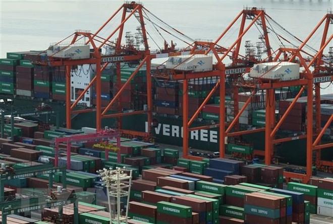 Các tàu hàng cập cảng container ở Tokyo, Nhật Bản ngày 19/2/2018. (Ảnh: AFP/TTXVN)