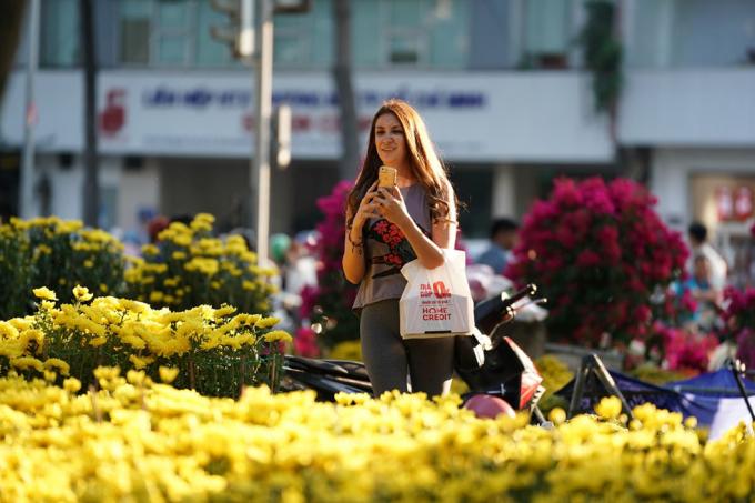 Du khách dạo chơi ở đường hoa Nguyễn Huệ (Q.1, TP.HCM).