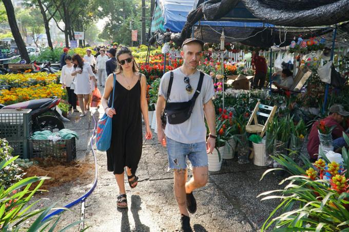Người nước ngoài xuống phố dạo chơi ở chợ hoa xuân Công viên 23.9.