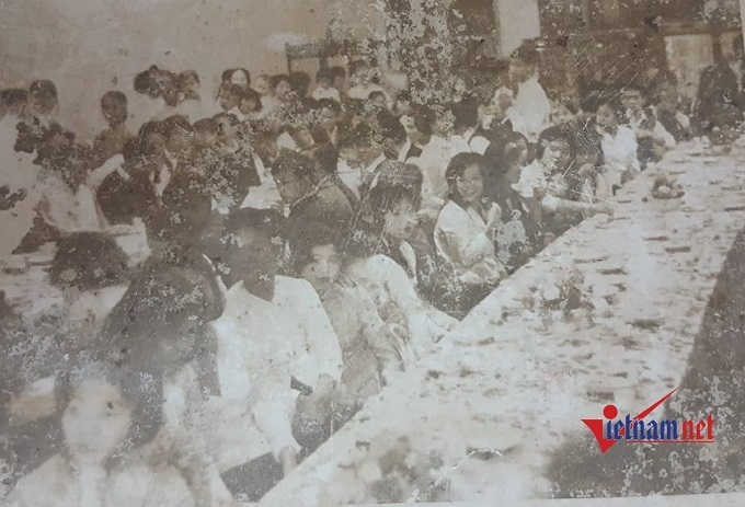 Một đám cưới thời bao cấp của gia đình trên phố cổ được tổ chức ở phòng cưới.
