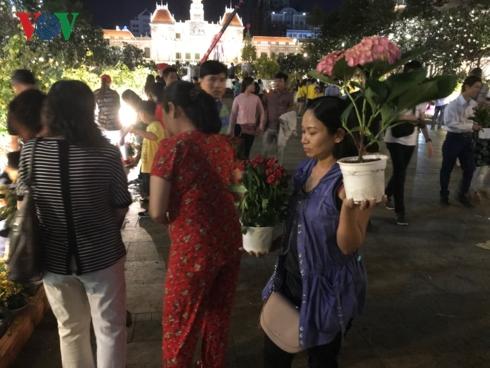 Mặc dù có lực lượng bảo vệ nhắc nhở nhưng người dân vẫn đổ xô lấy hoa.