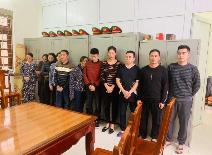 Nguyễn Minh Tuấn (bìa phải) cùng các con bạc bị CSHS Công an Thanh Hoá bắt giữ ngày 9/2.