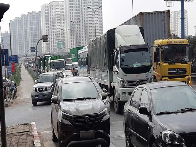 Ùn tắc giao thông ở nút giao Pháp Vân.