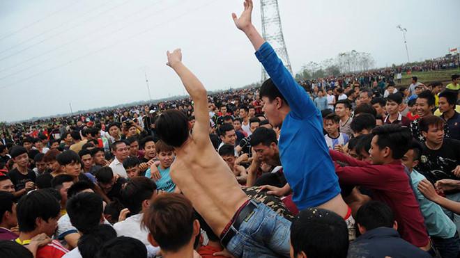 Hàng trăm thanh niên đánh nhau hỗn loạn tại lễ hội cướp phết.