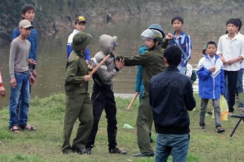 Trai làng phục kích đánh nhau khiến một cảnh sát thiệt mạng.