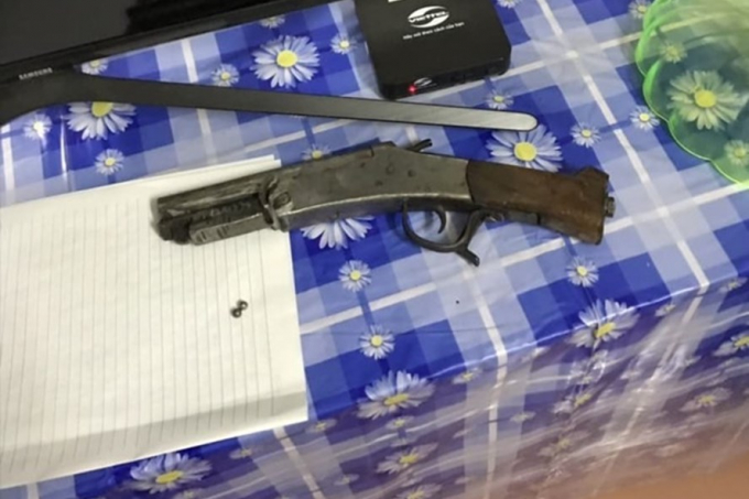 Khẩu súng Sửu bắn vợ được thu tại hiện trường. Ảnh: Báo Giao thông