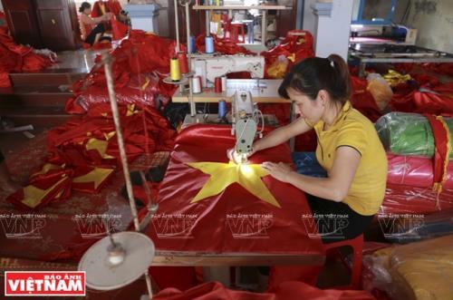 May cờ là công việc đơn giản nhưng đòi hỏi sự tỉ mỉ.