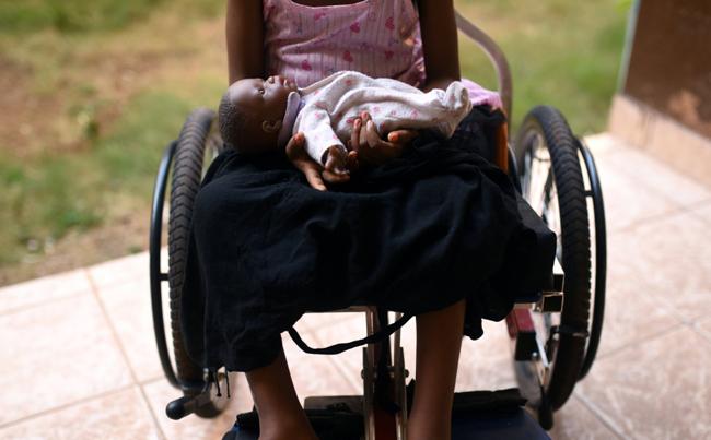 Hình ảnh nhói lòng cô bé 5 tuổi bị liệt nửa thân dưới sau khi bị người họ hàng tấn công tình dục. Ảnh: Reuters