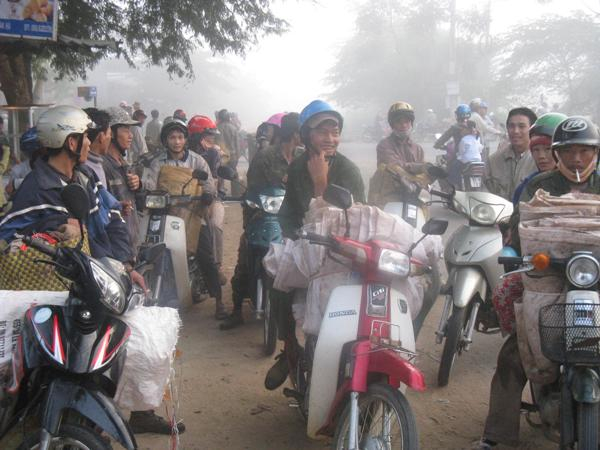 Người lao động tập trung rất đông ở chợ tình tìm việc làm.