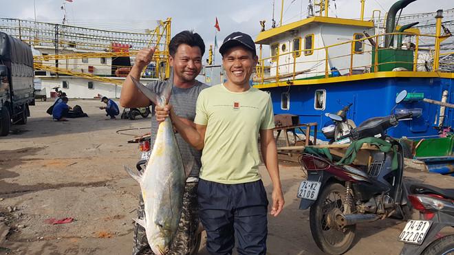 Ngư dân Lê Văn Viện (bìa trái) tại cảng cá nam Cửa Việt sáng 12.2.