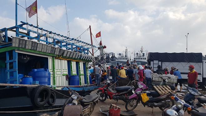 Cảng cá nam Cửa Việt đông đúc suốt 2 ngày nay.