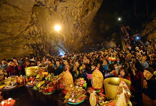 Du khách thập phương về dự lễ hội chùa Hương.