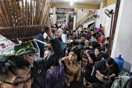Biển người chen chúc tại chợ Viềng Nam Định tối 12.2 (mùng 7 âm lịch).