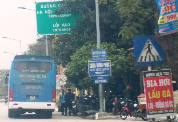 Khu vực lối rẽ lên cao tốc Hà Nội - Hải Phòng trên đường 353 trở thành bến cóc của nhiều hãng xe khách.