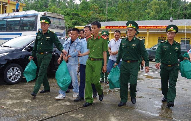 Hai đối tượng Trần Xuân Thanh và Võ Quốc Dương bị lực lượng Biên phòng Hà Tĩnh bắt quả tang khi chở 32 kg ma túy dạng đá và 10 bánhheroin tại thị trấn Thiên Cầm vào ngày 25/10/2018.