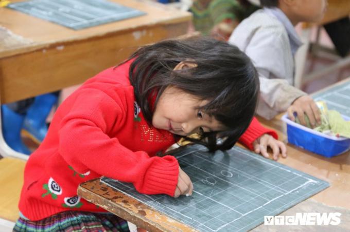 Đem con chữ đến với các em học sinh dân tộc thiểu sổ là niềm hạnh phúc của những người làm thầy.