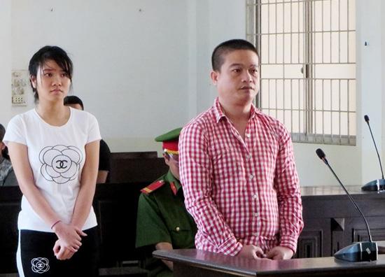 Bị cáo Phúc và Thơ tại phiên tòa.