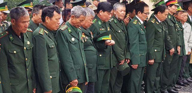 Các cựu chiến binh là chiến sĩ Pò Hèn năm ấy trong phút mặc niệm.