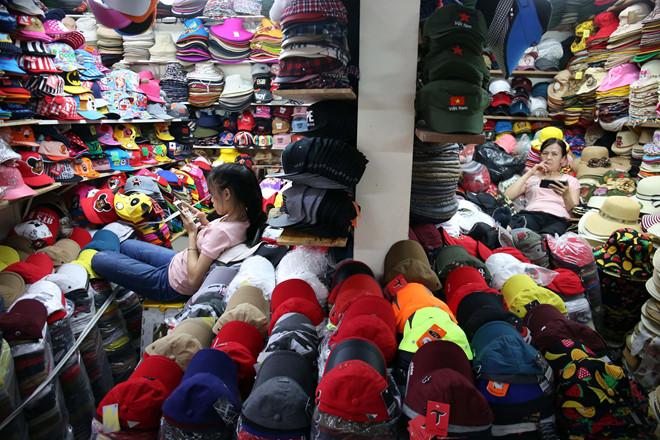 """Nhiều sạp kinh doanh tại chợ đầu mối ở TP.HCM có doanh thu """"khủng"""" nhưng vẫn đóng thuế khoán."""