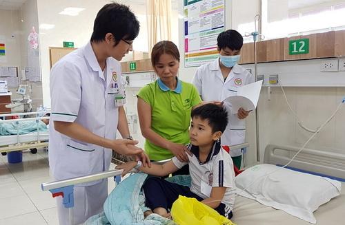 Học sinh bị ngộ độc đang được điều trị tại bệnh viện. Ảnh:Phước Tuấn.