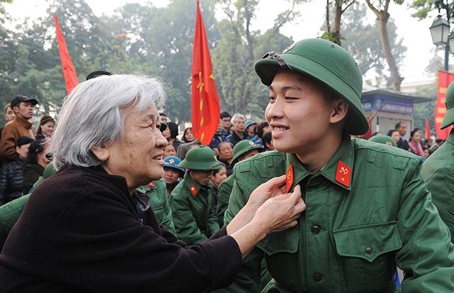 Khoảnh khắc tạm biệt giữa hai bà cháu một thanh niên ưu tú trúng tuyển nghĩa vụ quân sự. Ảnh: MINH LÂM