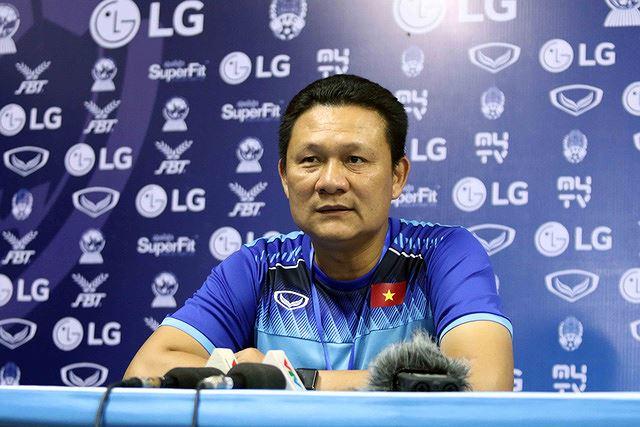 HLV Nguyễn Quốc Tuấn trả lời họp báo sau trận đấu.
