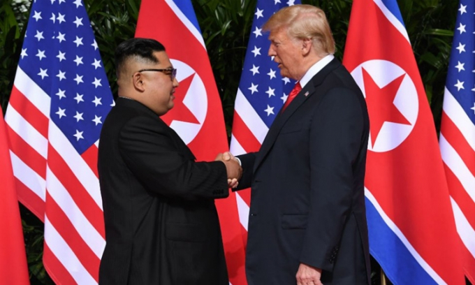 Chủ tịch Triều Tiên Kim Jong-un (trái) và Tổng thống Mỹ Donald Trump tại hội nghị thượng đỉnh đầu tiên ở Singapore hồi tháng 6 năm ngoái. Ảnh:AFP.