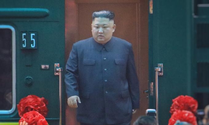 Chủ tịch Triều Tiên rời tàu hỏa tại ga Đồng Đăng hôm 26/2. Ảnh:Hữu Khoa.