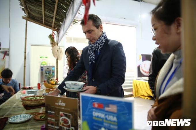 Phóng viên Thierry Arnaud (Đài BFMTV, Pháp) rất thích ẩm thực Hà Nội.